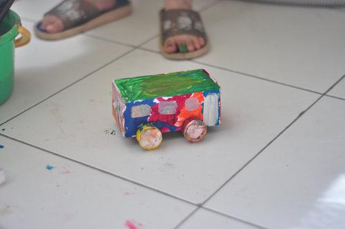 作业——废旧纸盒做的公交车